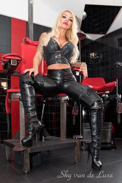 Sky van de Luxe - Escort dominatrix Berlin 14